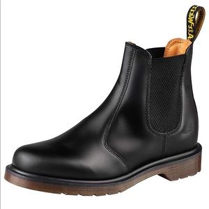 Dr. Martens 2976 Chelsea Boot in Black Smooth